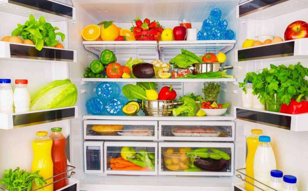 offener Kühlschrank mit Obst und Gemüse