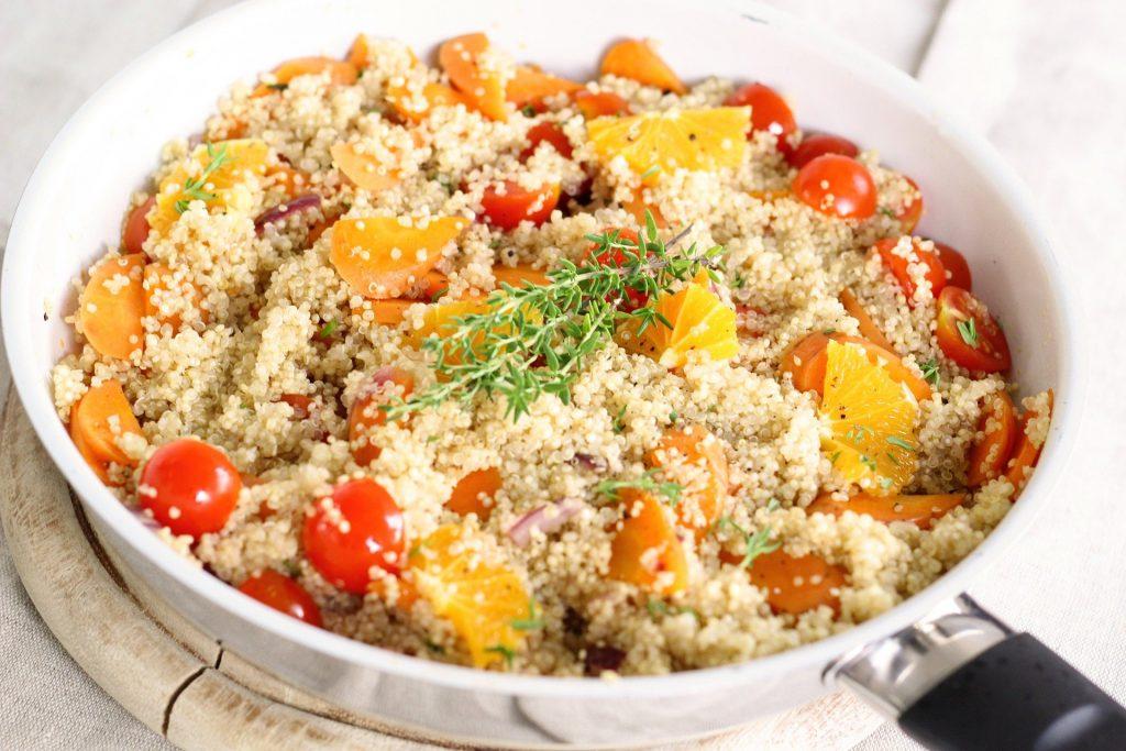 Gemüsepfanne mit Quinoa, Paprika, Tomaten, Rosmarin