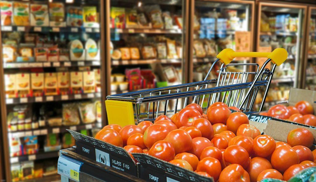 Lebensmittelladen mit Kühltheke und Tomaten